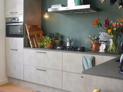 Gespot bij de Binnenkijkers: interieurs met een groene accentmuur
