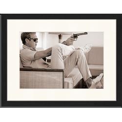 Steve McQueen pointing a gun - Fotoprint in houten frame met passe partout - 30 X 40 X 2,5 cm