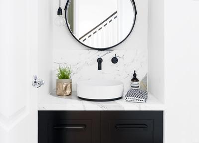We love: zwarte en goudkleurige kranen in de badkamer