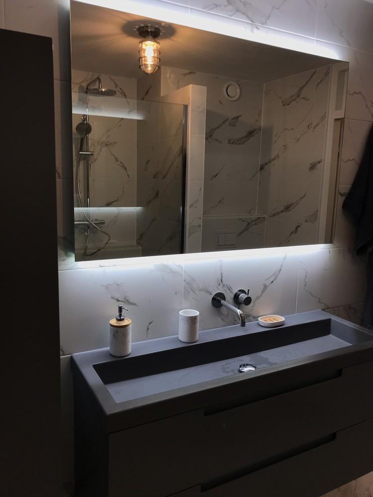 badkamer met zwarte wasbak