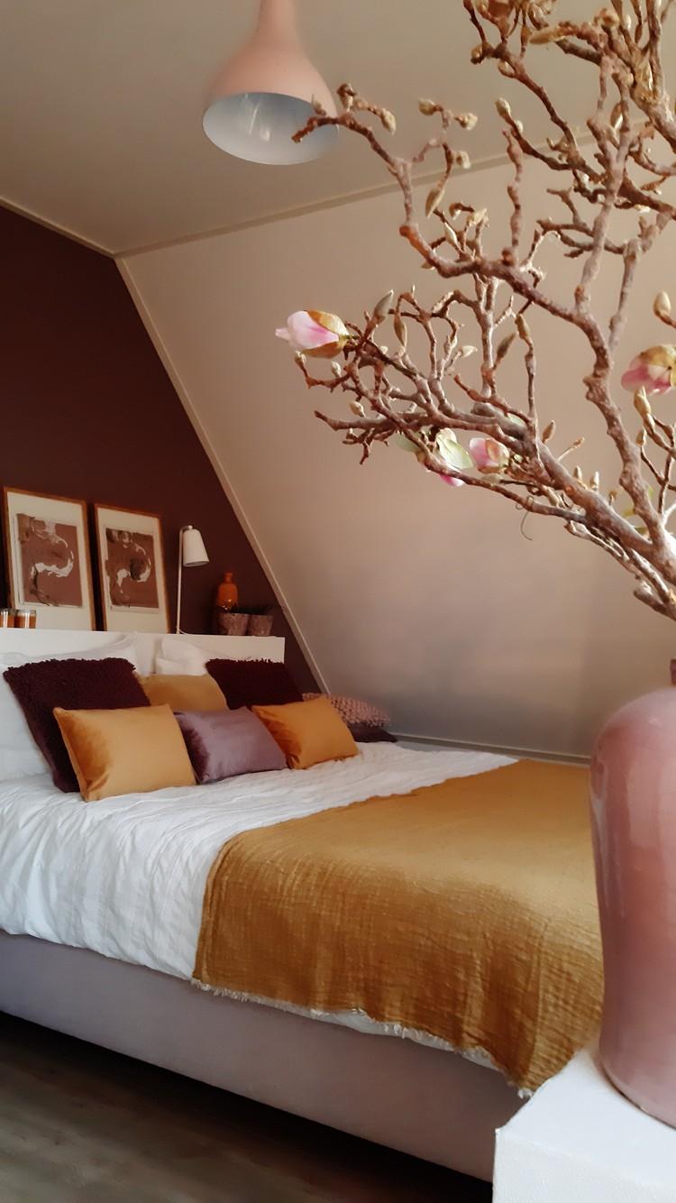 slaapkamer met rode muur