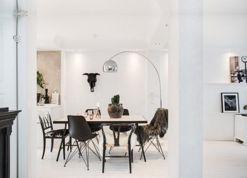 Hereinschauen in ein komplett weißes Interieur mit coolen ...