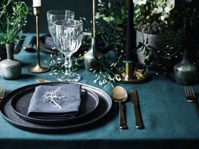 5x feestelijk gedekte tafels met groene accenten