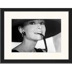 Audrey Hepburn and Sunglasses - Fotoprint in houten frame met passe partout - 30 X 40 X 2,5 cm