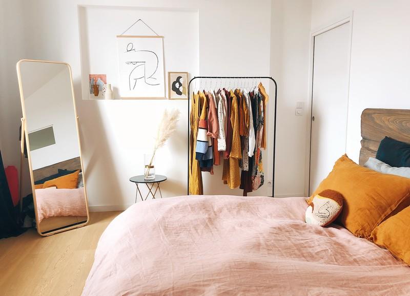 Geen ruimte voor een kledingkast in je slaapkamer? Zo creëer je opbergruimte!