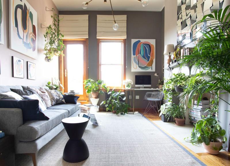 Binnenkijken in een klein appartement vol met planten en kunst