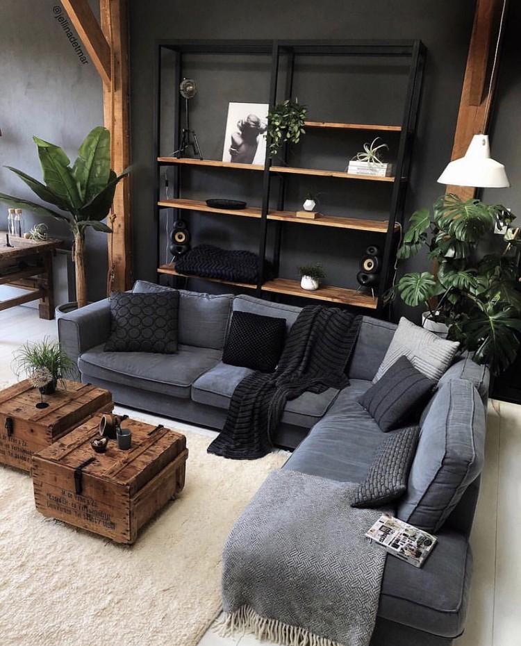 woonkamer met donkergrijze muur