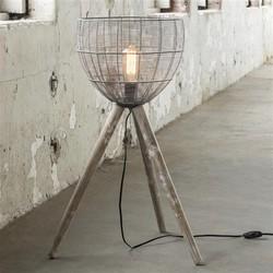 Vloerlamp laag en breed met een korf als kap en houten poten. / Grijs