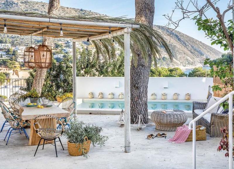 Binnenkijken: Spaans huis met een witte basis, kleurrijke accenten en natuurlijke materialen