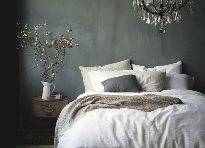 11 slaapkamers met een donkere muur