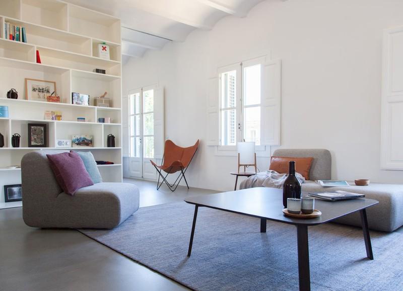 Binnenkijken in een minimalistisch interieur met kleuraccenten