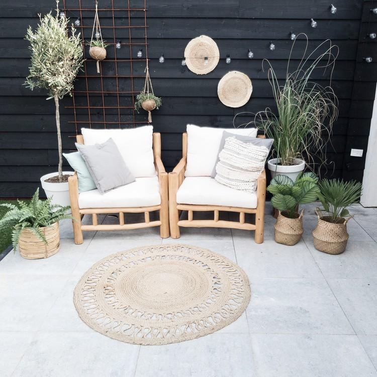 houten tuinstoelen met vloerkleed