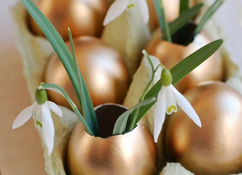Simpele Paas DIY: gekleurde eieren als mini vaasjes